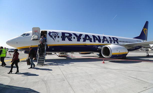 Ryanairin koneesta nousi matkustajia Frankfurtin kentällä Saksassa viime vuoden maaliskuussa.