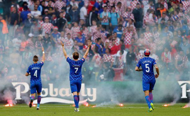 Kroatian kannattajakatsomosta heitettiin kesken eilisen Tshekki-pelin kymmenkunta soihtua.