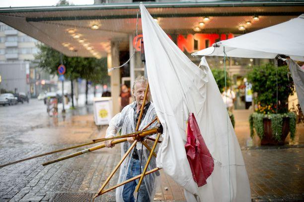 Ukkoskuuro puski kumoon aurinkovarjon Harri Kopran mansikkakojulla Tampereella vuonna 2014.