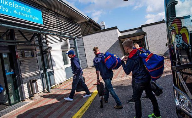 Jokerien pelaajat saapuivat liikelentoterminaaliin vähän kello 14 jälkeen.