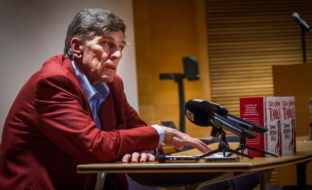 Esko Juhani Tennilän muistelmakirja Torppari Arkadianmäellä julkaistiin keskiviikkona.