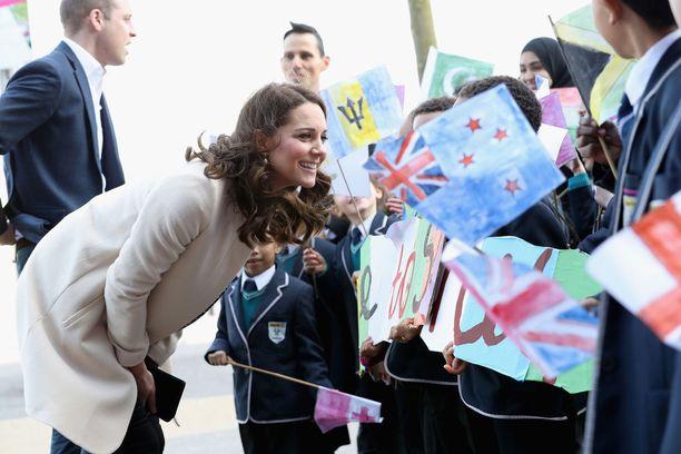 Catherine kävi tervehtimässä paikalla odottaneita koululaisia.