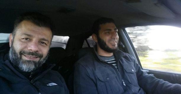 Rami Adham matkalla Aleppoon turvamiehensä kanssa.