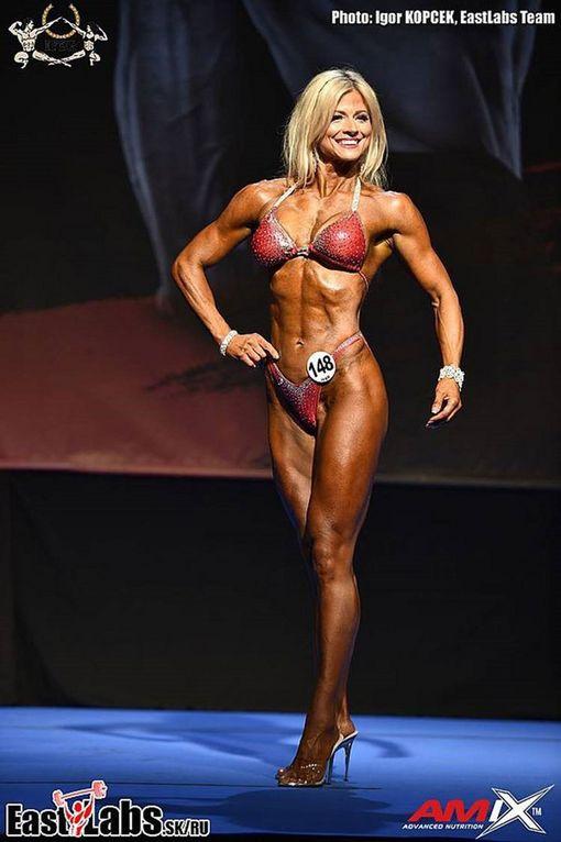 Kirsi lavalla body fitnessin SM-kisoissa.
