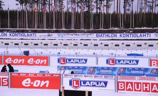 Kontiolahden ampumapaikan takana olevat liput liehuvat melko rauhallisessa tuulessa reilu tunti ennen MM-starttia.