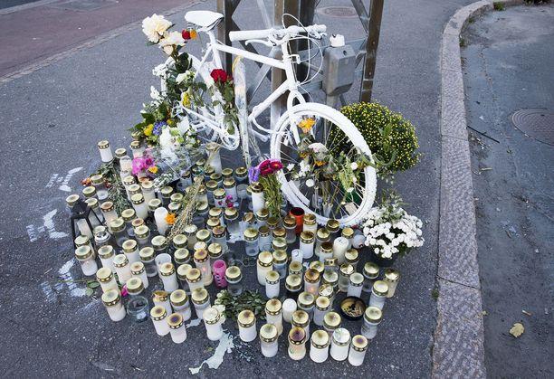 Helsinkiläiset muistivat turmassa menehtynyttä pyöräilijää.