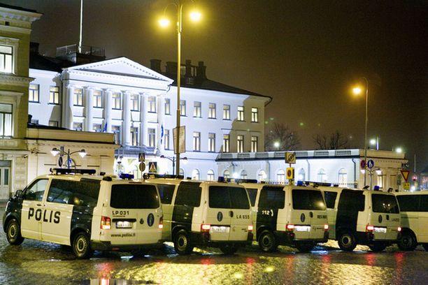 Poliisi turvasi presidentinlinnan edustaa runsaslukuisesti.