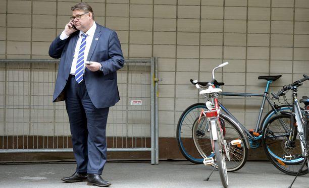 Timo Soini (ps) kävi tiistaina soittamassa matkapuhelimellaan kesken hallitusneuvotteluiden Helsingin Fabianinkadulla Smolnan ulkopuolella.