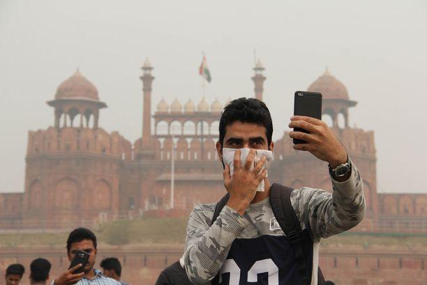 Turisti otti itsestään selfietä Delhin Punaisen linnoituksen edustalla sunnuntaina.