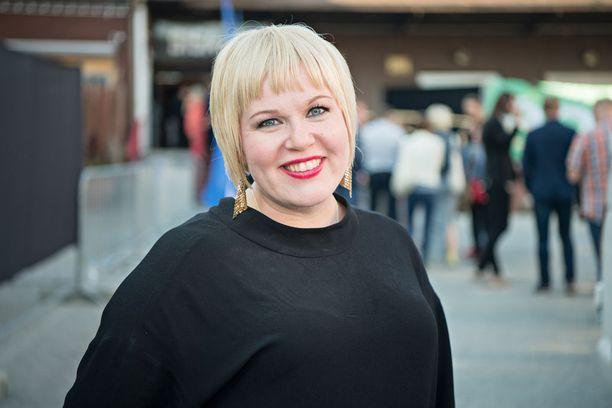 Perhe- ja peruspalveluministeri Annika Saarikko ihmettelee annettuja perhevapaauudistuksen työllisyyslupauksia.