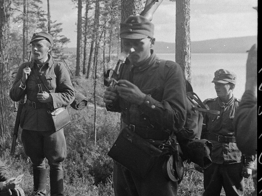 Luutnantti Alakulppi ja Tk-Kajava, joka seuraa hn porukkaansa.