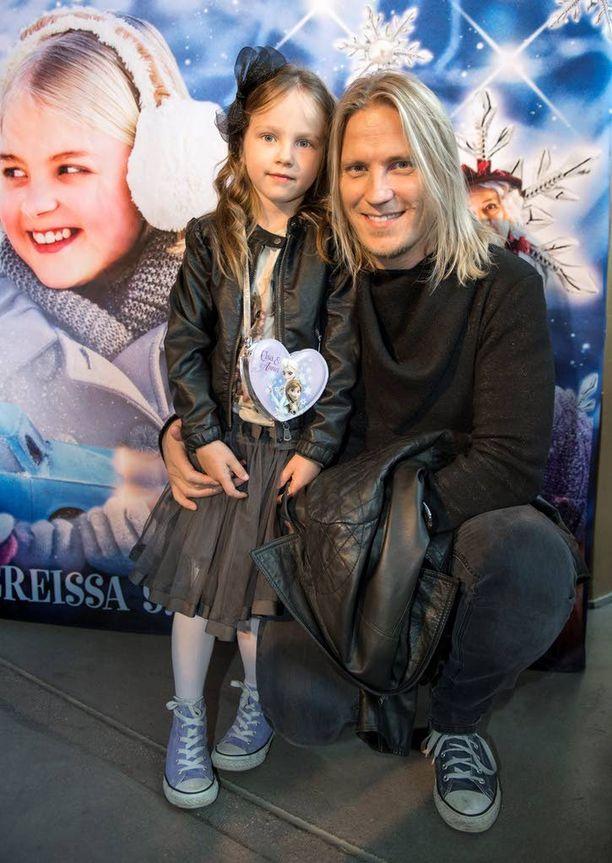 Juontaja Sami Kuronen toi 6-vuotiaan tyttärensä Oonan katsomaan Onnelin ja Annelin talvea.
