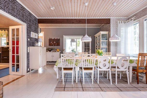 Lattiaa ja kattoa tummemmat seinät tuovat mukavasti syvyyttä ruokailuhuoneeseen.