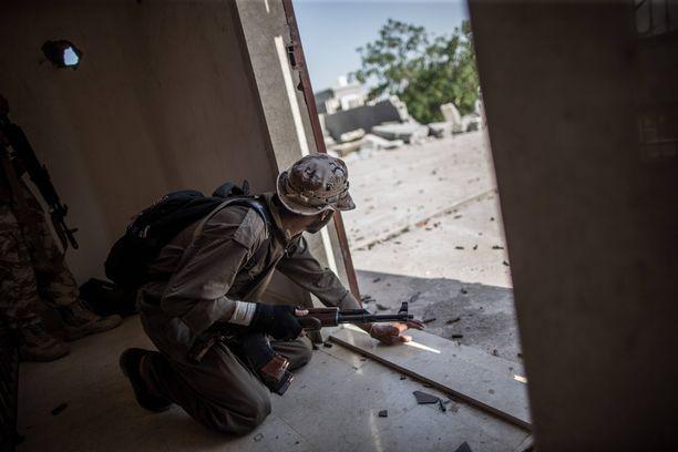 Libyan hallituksen taistelija asemissa pääkaupunki Tripolissa kesäkuussa.