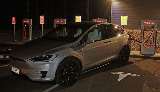 Illan hämärissä Vierumäen latausasemalla ei ollut Tesla-tungosta.