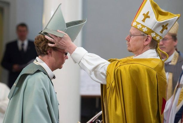Arkkipiispa Kari Mäkinen vihki Irja Askolan Helsingin hiippakunnan piispaksi syyskuussa 2010.