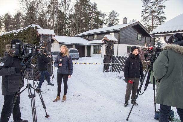 Pariskunnan asunnossa ei tehty aikaisemmin edes kunnollista kotietsintää sen varalta, että asuntoa tarkkaillaan ja selviää, että poliisi tutkii tapausta. Nyt paikalla on mediamylläkkä.