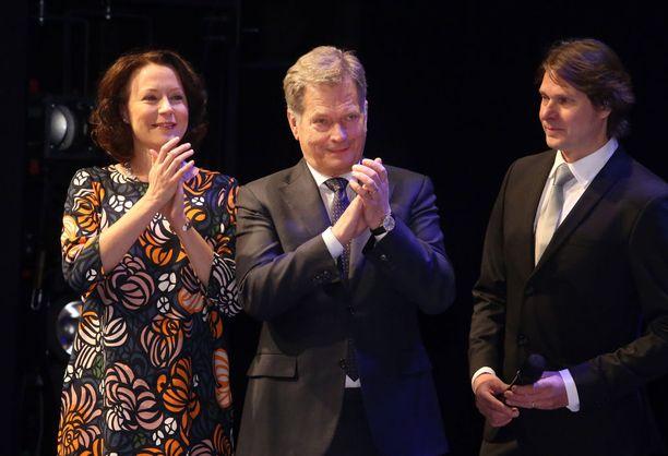 Joulukuun alussa presidenttipari teki maakuntavierailun Ouluun. Haukio edusti värikkäässä, väljälinjaisessa mekossa.
