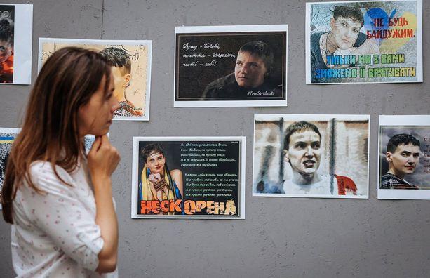 Vera Savtshenko katselee siskostaan julkaistuja kuvia.