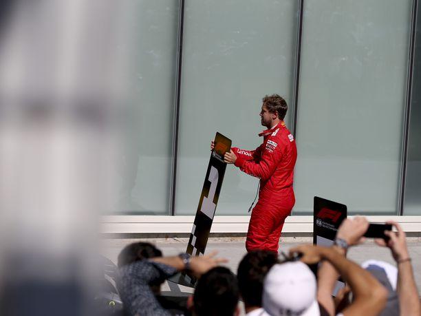 Sebastian Vettel ei ollut alkuunkaan tyytyväinen Kanadan GP:ssä saamaansa rangaistukseen. Hän siirsi kilpailun jälkeen voittajalle tarkoitetun, numeron 1 sisältävän kyltin siihen ruutuun, johon hänen oli tarkoitus pysäköidä oma autonsa. Numeron 2 sisältäneen kyltin Vettel siirsi Lewis Hamiltonin auton eteen. Vettel oli ajanut ruutulipulle ensimmäisenä, mutta viiden sekunnin rangaistus pudotti hänet toiseksi.