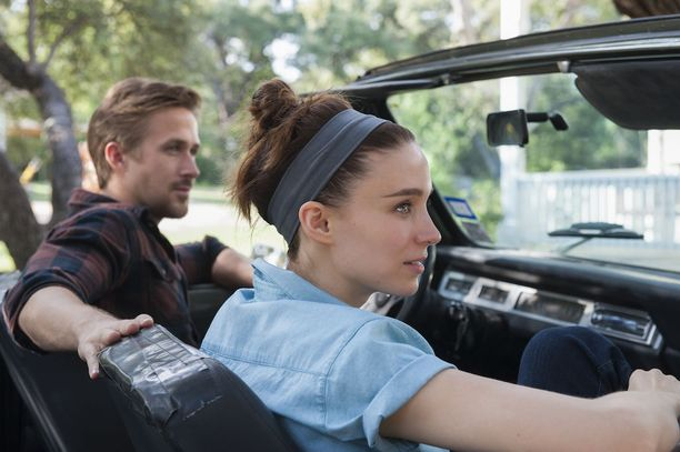 BV (Ryan Gosling) ja Faye (Rooney Mara) rakastuvat intohimoisesti runollisessa elokuvassa Song to Song.
