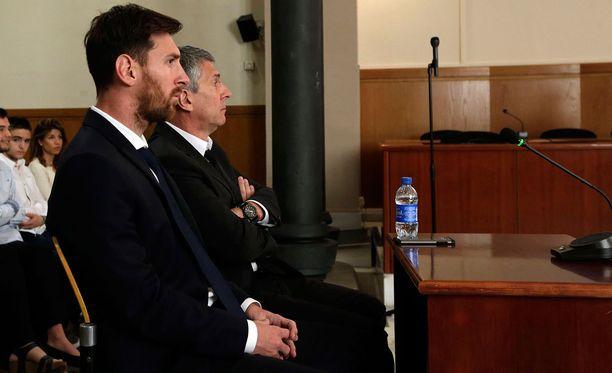 Lionel ja Jorge Messi oikeusistunnossa vuonna 2016.