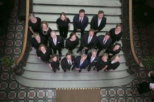 Suomen uusi hallitus poseerasi eilen Säätytalolla yhteiskuvassa. Mutta miksi kaikki ministerit ovat valkoihoisia, vaikka hallitusohjelma on täynnä puhetta positiivisesta diskriminaatiosta, ihmettelee Tuomas Enbuske.