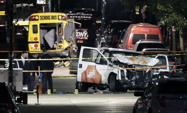 Tekijä ajoi autollaan pyörätiellä ja törmäsi lopuksi bussiin. Iskussa kuoli kahdeksan ihmistä.