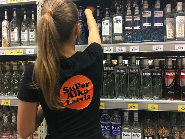 Myyjä latvialaisessa Super Alkossa.