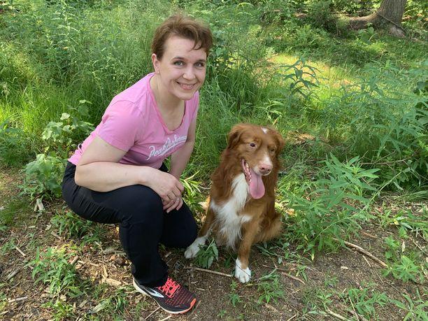 Ukko ei säntää keräämään tölkkejä omin päin, vaan odottaa aina vihjettä Heidiltä. – Koiran turvallisuus on tärkeintä ja se on aina myös omistajan vastuulla, Heidi painottaa.