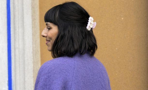 Mikäli pinnit ja soljet eivät tunnut omilta, voit kerätä hiukset vaikkapa helmiäissävyisellä hiuspannalla tai kuvan hainhampaalla.