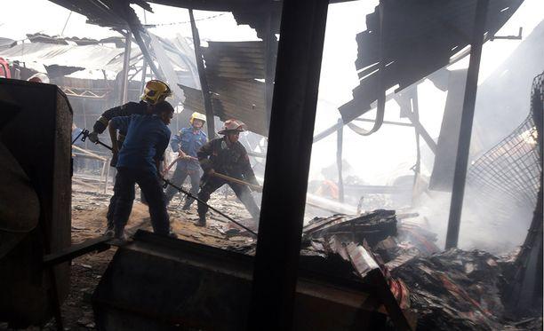 Osittain romahtaneen tehtaan jäänteistä etsittiin vielä torstaina kateissa olevia ihmisiä.