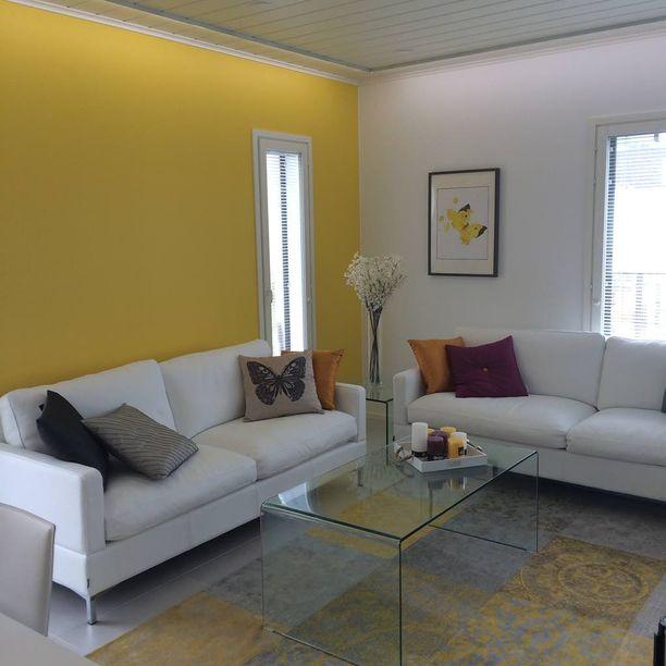 Villa Chilin seinät loistavat aurinkoisen keltaisina.