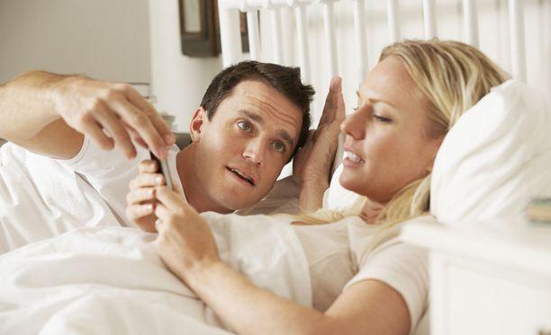 Kännykän räpeltely saa toisen helposti tuntemaan itsensä toissijaiseksi ja pilaa yhteiset hetket.