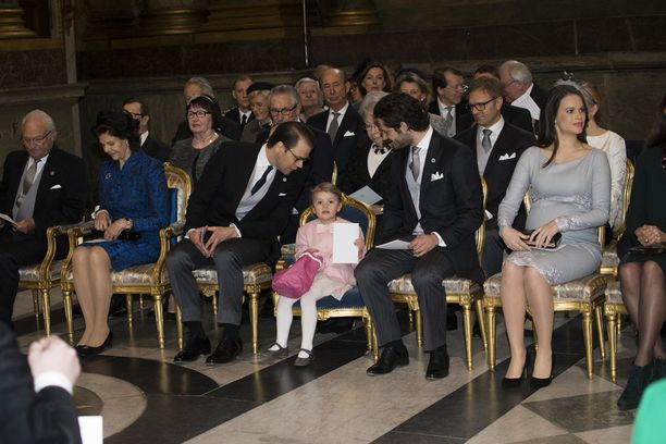 Estelle ja muu Ruotsin kuningasperhe osallistui torstaina prinssi Oscarin kunniaksi järjestettyyn jumalanpalvelukseen.