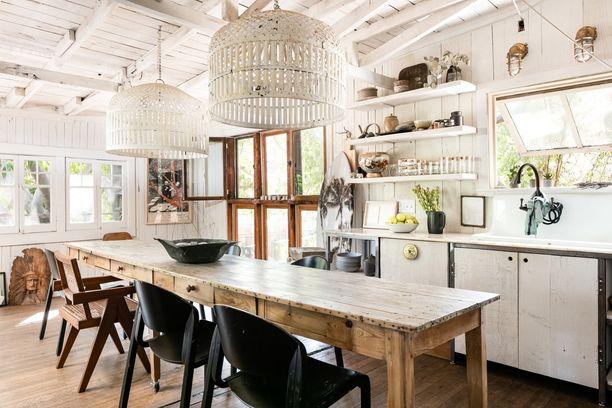 Ruskea asunto kätkee sisäänsä vaalean yllätyksen! Hurmaavassa sisustuksessa on hyödynnetty kauniita vanhoja esineitä.