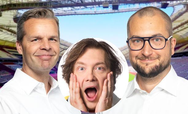 Jussi Eskola ja Kimmo Porttila selostavat yleisurheilun MM-kisoja. Keskellä oleva Jaakko Väisänen isännöi Pikku Kakkosta.