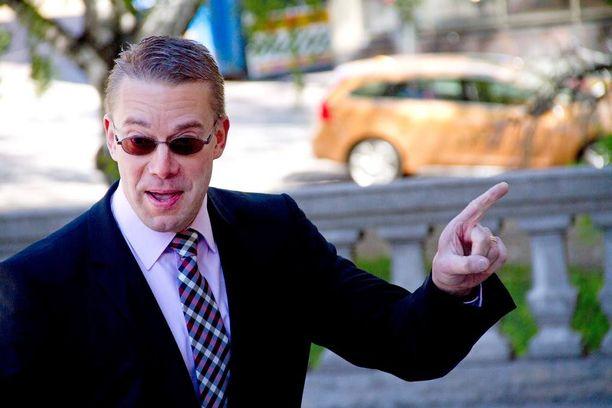 RKP:n ex-puheenjohtaja Stefan Wallin pidentäisi eduskunnan istuntokautta kuukaudella.