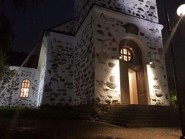 Kuopion tuomikirkon ovi oli avoinna keskusteluapua kaipaaville tiistai-iltana. Kirkko aukeaa keskiviikkona klo 10.
