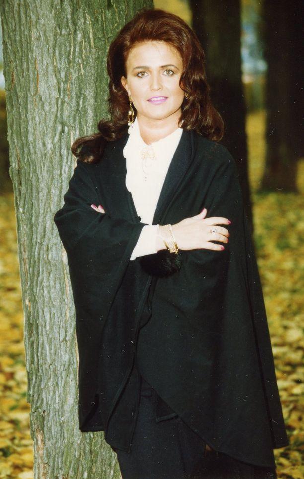 Vuonna 1993 Meijun tyyli oli näin ladlike. Laulajanuraa oli takana jo kymmenen vuotta.
