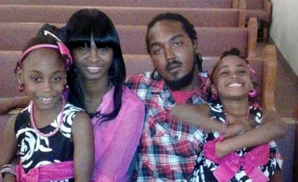 Gregory Hill kahden lapsensa ja avovaimonsa kanssa.