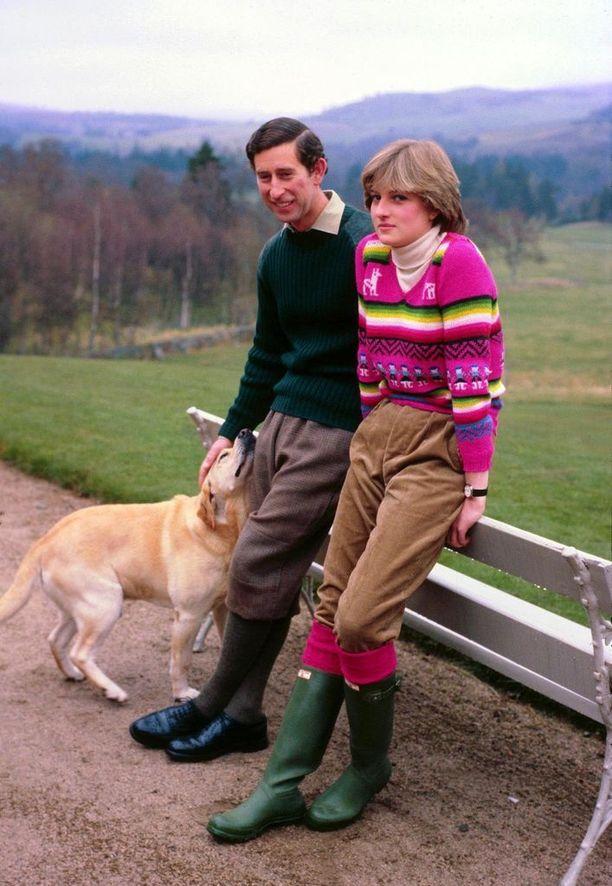 Nuoren parin tyylinäyte häämatkalla Skotlannissa vuonna 1981. Dianan asu - ja erityisesti vihreät Hunterin saappaat - kelpaisivat tyylitietoisille edelleen.