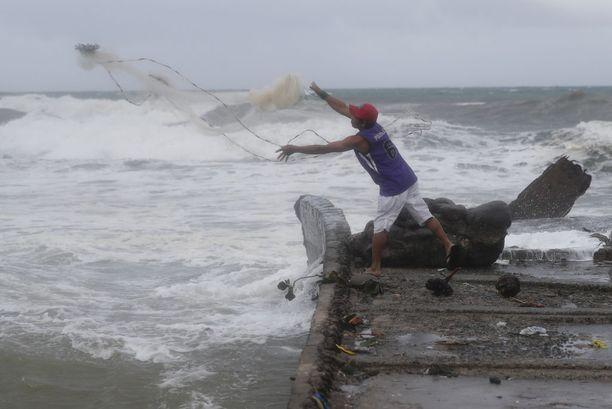 Kalastaja valmistautui taifuunin tuloon Aparrissa perjantaina.