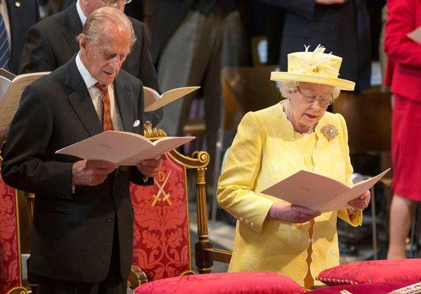 Perjantaina kuningatar sonnustautui jumalanpalvelukseen keltaiseen asuun.