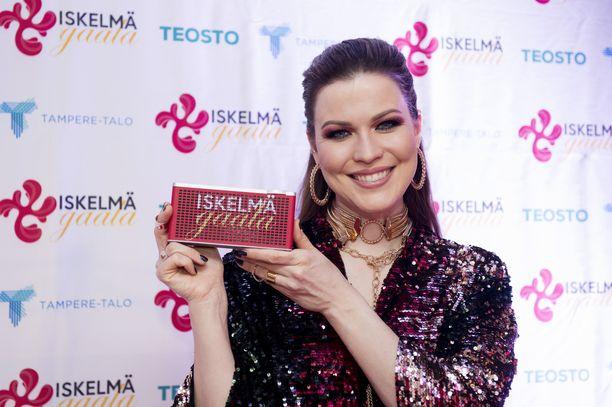 Jenni Vartiainen voitti palkinnon Iskelmä-gaalassa perjantaina.