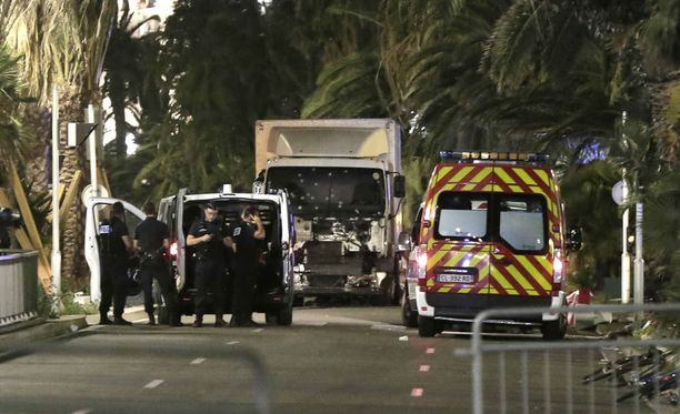 Nizzan hyökkäyksessä käytetystä kuorma-autosta löydettiin ranskalais-tunisialaisen miehen henkilöpaperit.