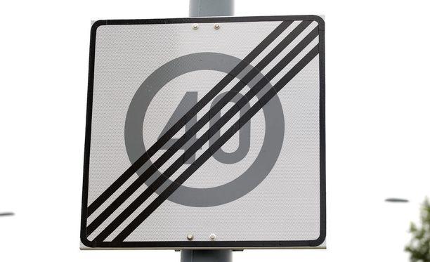 Kuvituskuva liikennemerkistä jossa päättyvä nopeus on 40 km/h. Kalajärventien päässä on vastaava merkki, mutta siinä päättyvä nopeus on 30 km/h.