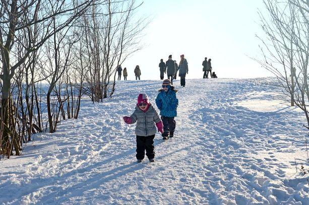Sääennuste lupaa lähipäiville niin aurinkoista kuin lumisadetta, lauhaa ja kiristyvää pakkasta. Lauantaina voi olla jopa aurinkoista.