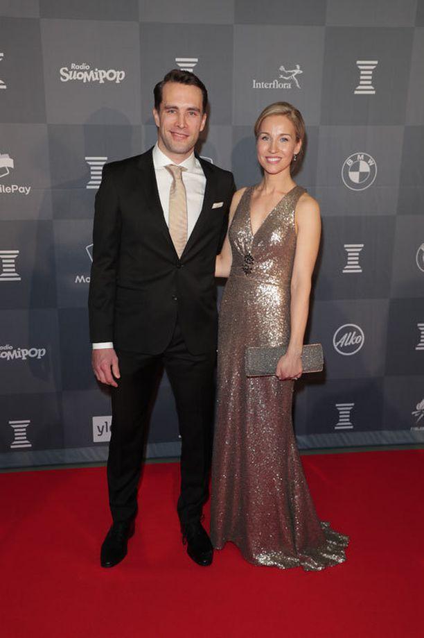 Tuomo Ruutu saapui Urheilugaalaan Emilia-vaimonsa kanssa.