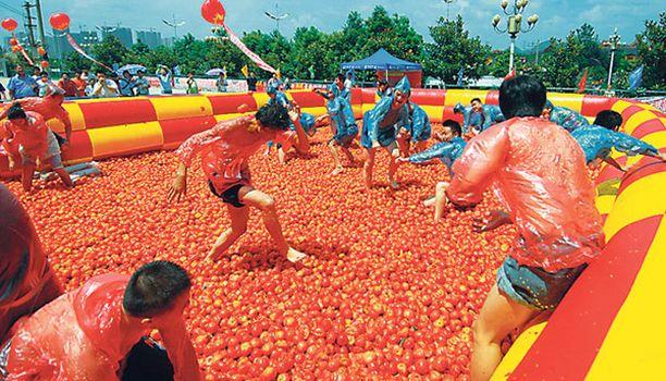 Tuima taisto Kiinan Guiyangissa sijaitseva ostoskeskus keksi järjestää vetonaulaksi tomaattisodan.